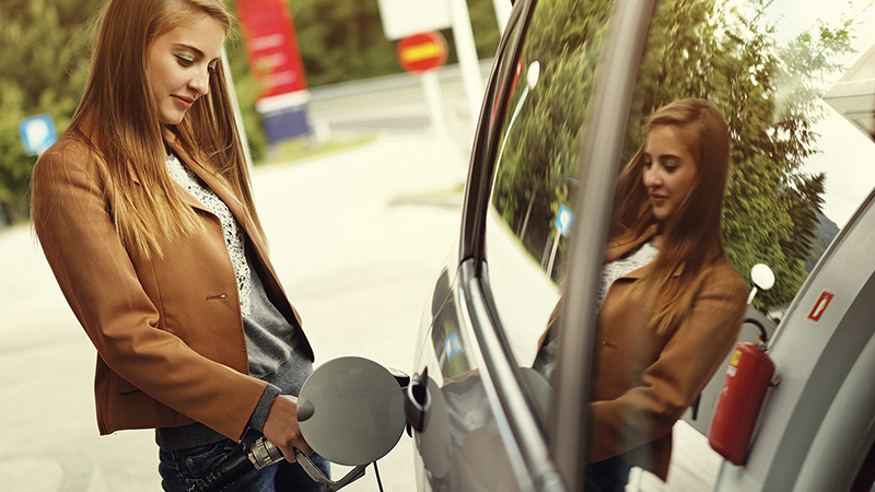 woman-pumping-gas-800x450